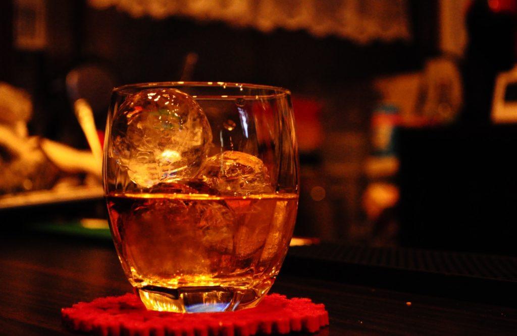 オシャレ氷の作り方とレシピ_ウイスキーに使える丸い氷