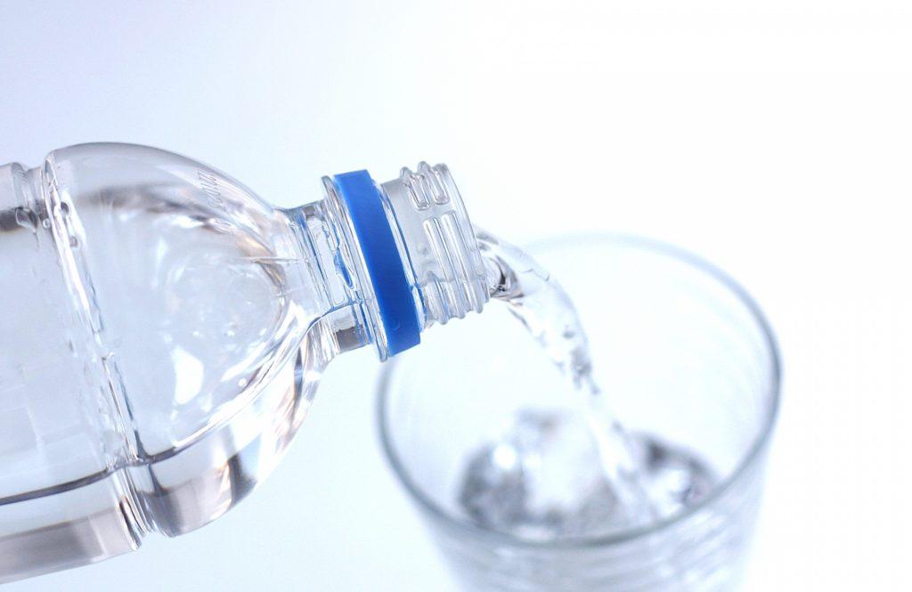 デトックスタイム_コップいっぱいの水