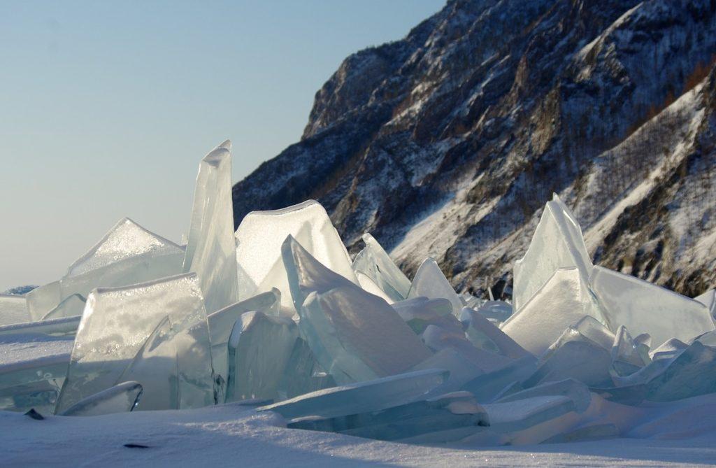 ロシア__シベリア_バイカル湖_透明で幻想的な氷