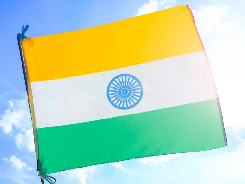 健康的で美しいインド人女性_インドの国旗