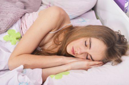 寝だめは効果なし_熟睡中の外国人女性
