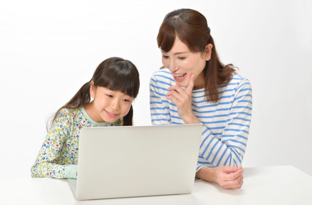 幼稚園児・キッズも通える東京のプログラミングスクール・教室_プログラミングを先生に教わる幼女
