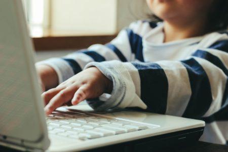 幼稚園児・キッズも通える東京のプログラミングスクール・教室_PCをする子供