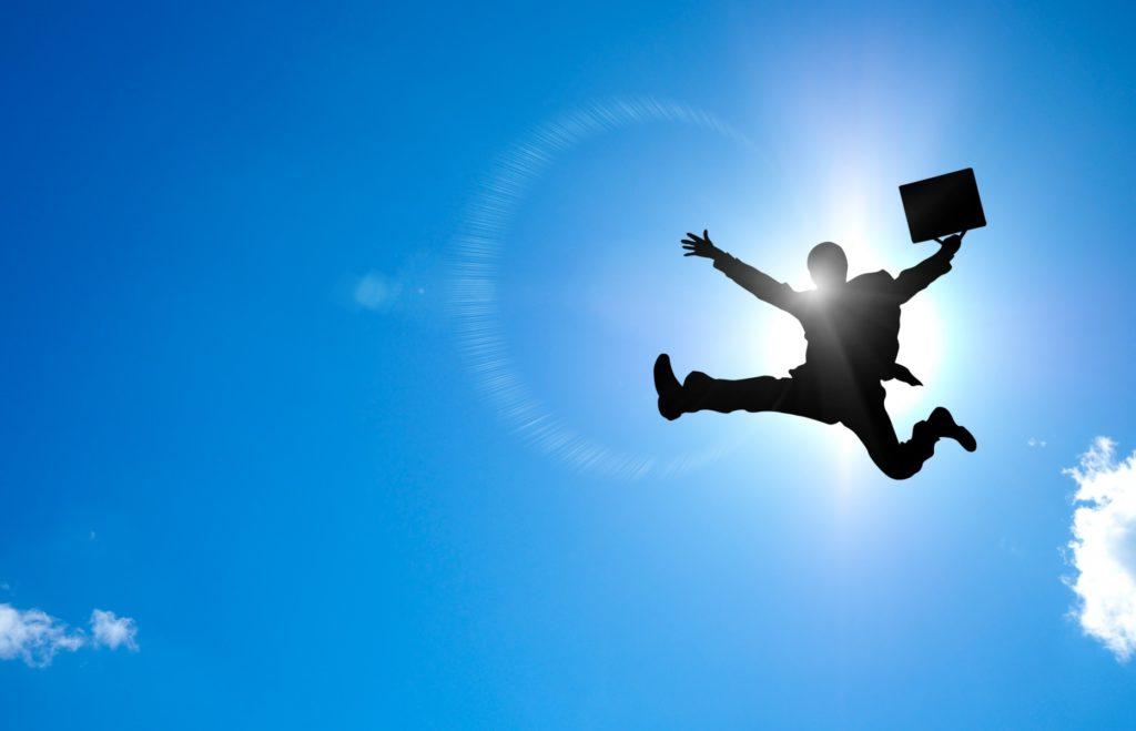 正社員の週4日勤務(週休3日制)_飛躍して喜ぶ会社員