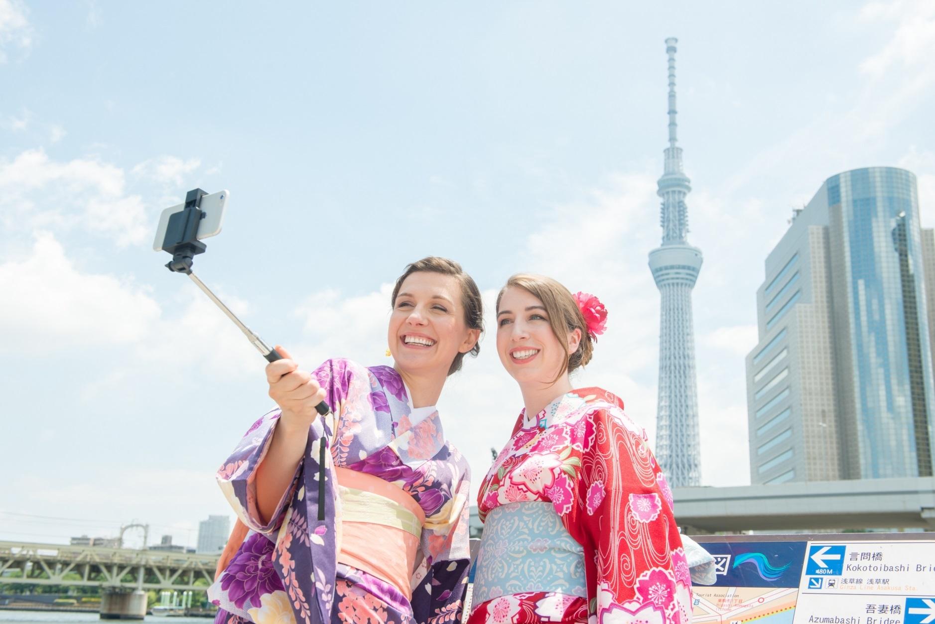 訪日外国人に人気な日本の人気スポット_スカイツリーをバックに自撮りする外国人