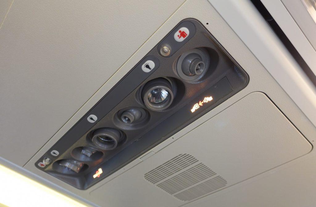 飛行機フライト_機内サービス_座席上部