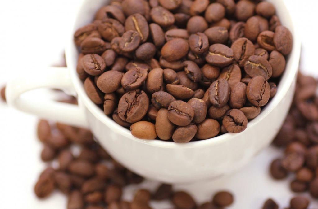 オーストラリア独自のコーヒー・カフェ文化_カップに入ったコーヒー豆